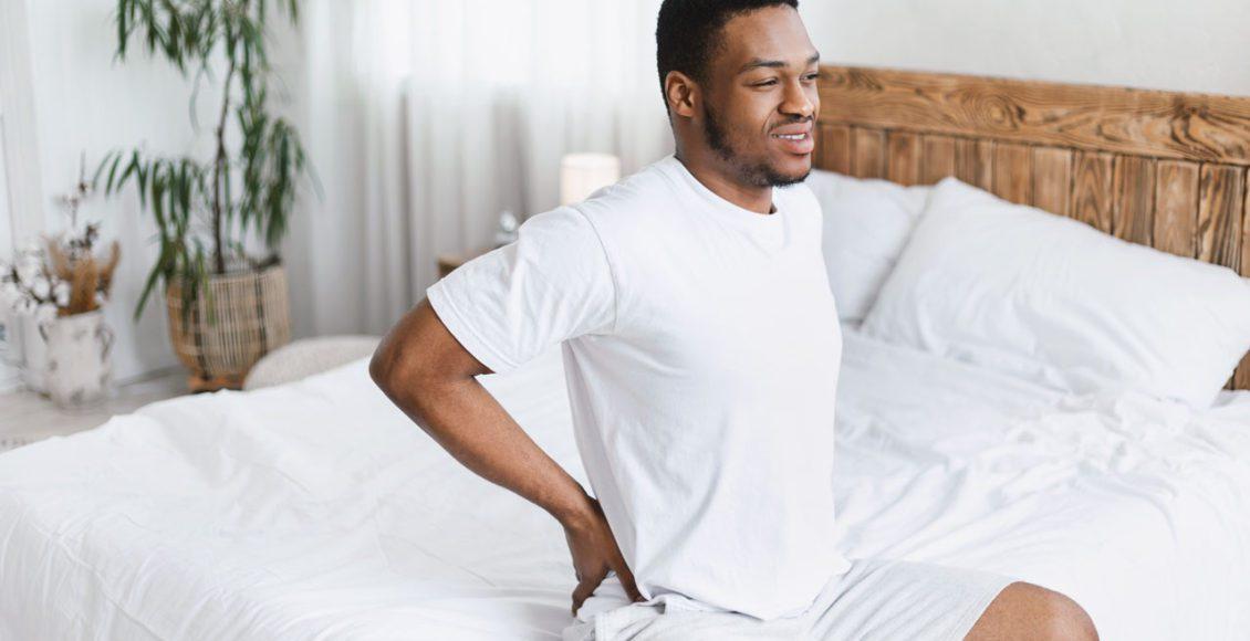 Levantarse por la mañana con la espalda, el dolor de cuello, la quiropráctica trae alivio